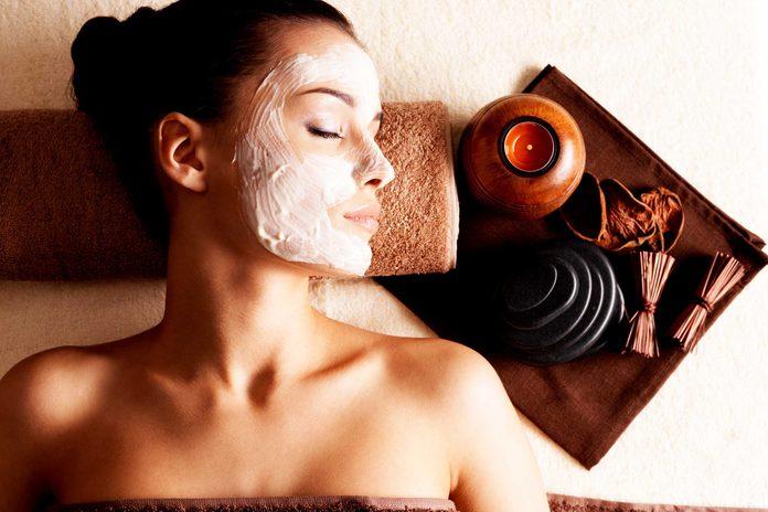 Les dermatologues conseillent d'utiliser un masque de nuit sur votre visage pour protéger votre peau l'hiver.