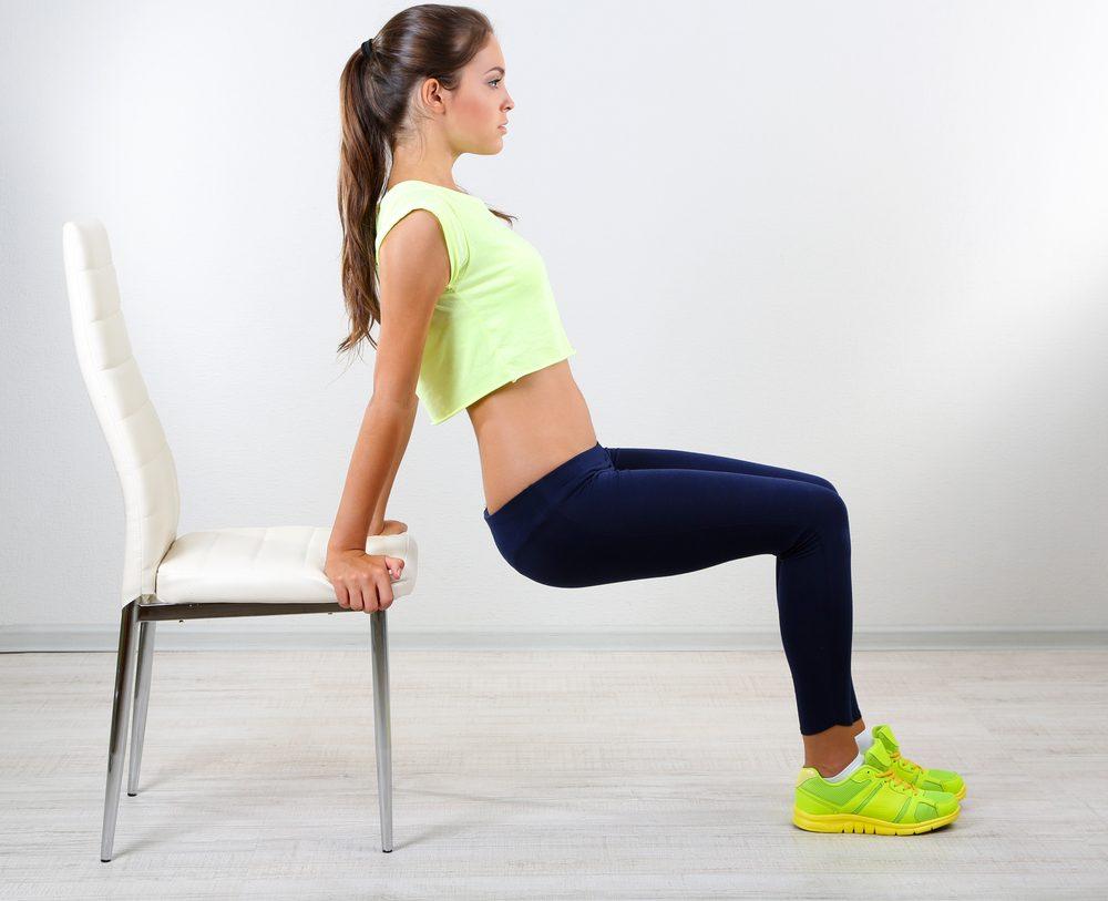 Utilisez une chaise pour faire de la musculation et renforcer vos muscles de bras.