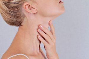Si vous avez une bosse dans le cou, consultez vitre médecin, il peut s'agir d'un cancer de la gorge.