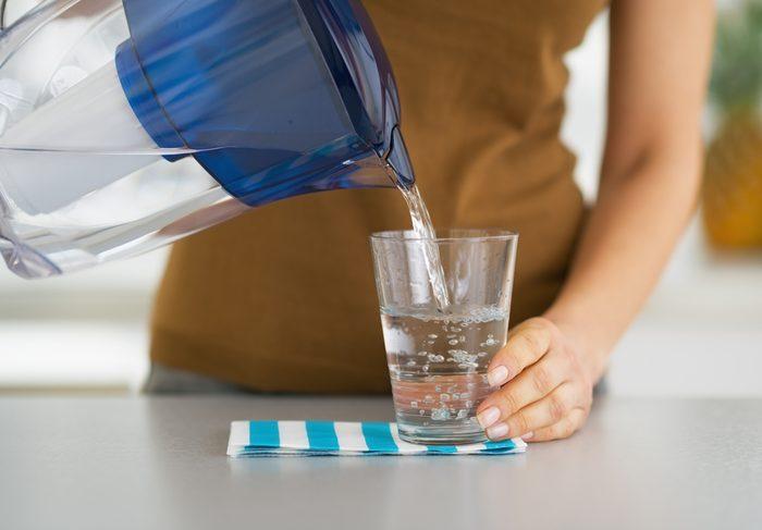 Soulevez votre gallon d'eau 4 fois avant de vous verser un verre d'eau pour renforcer les muscles de vos bras.