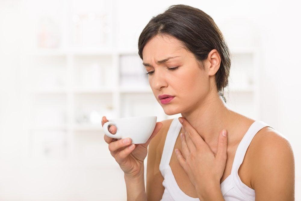 Une altération de la voix peut être un symptômes du cancer de la gorge.