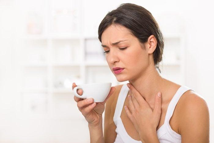 Une altération de la voix peut être une symptômes du cancer de la gorge.