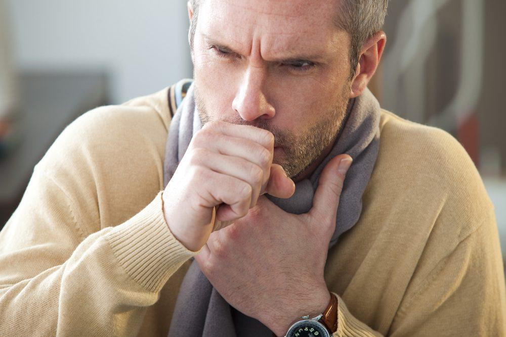 Tousser et cracher du sang peuvent être des symptômes associés au cancer de la gorge.