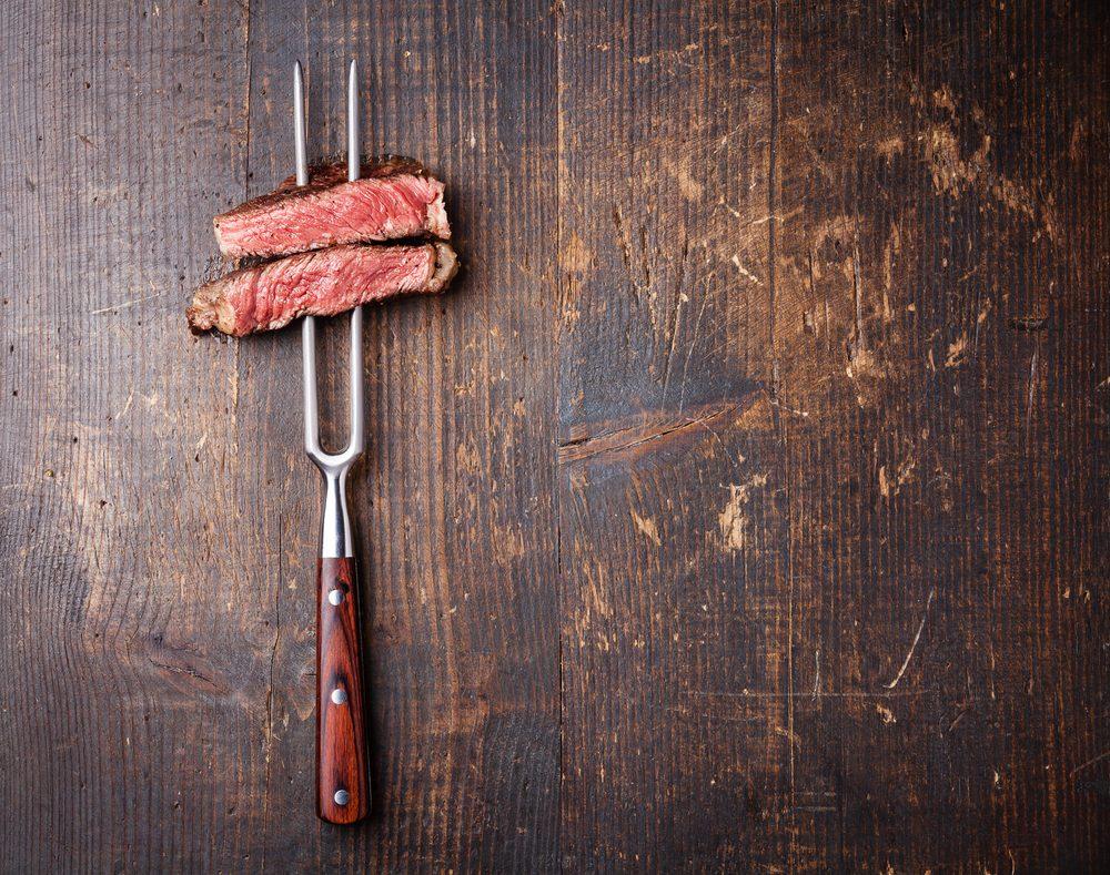 Après l'exercice, manger de la viande rouge pour renforcer vos muscles.