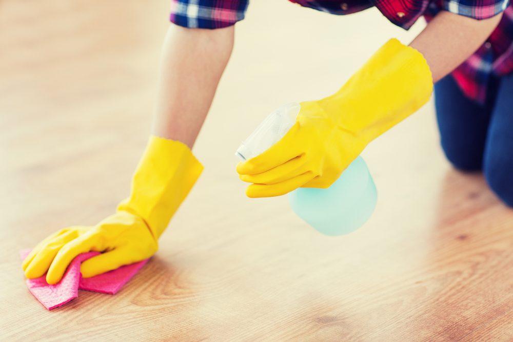 Lavez votre plancher à la main pour renforcer les muscles de vos bras.