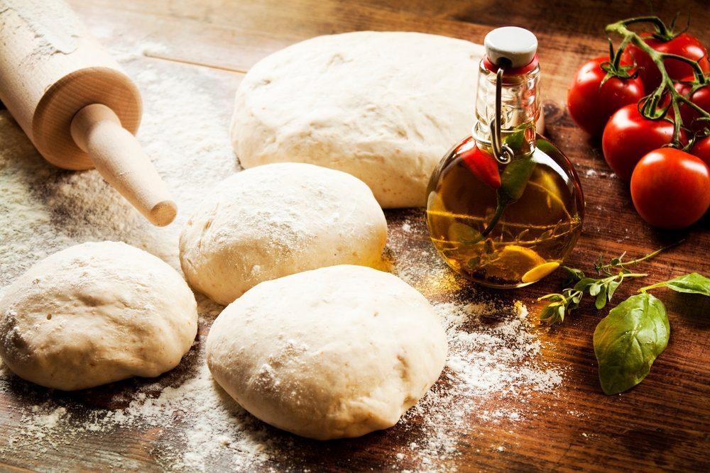 faites votre propre pâte à pizza maison pour renforcer les muscles de vos bras.
