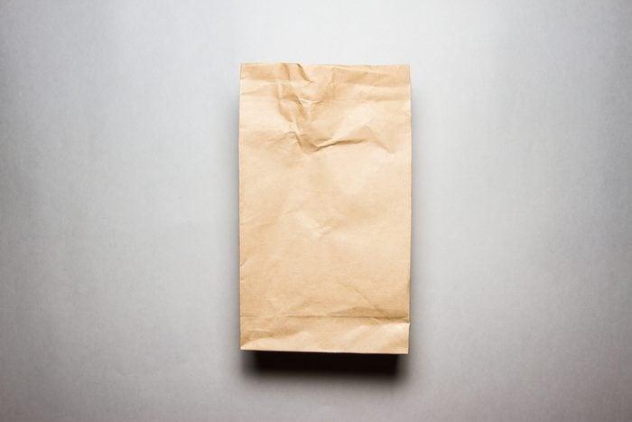 Arrêter le hoquet: parmi les trucs efficaces, respirer dans un sac de papier.
