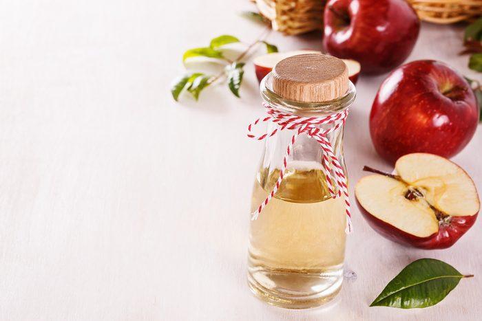 Arrêter le hoquet: parmi les trucs efficaces, le vinaigre de cidre.