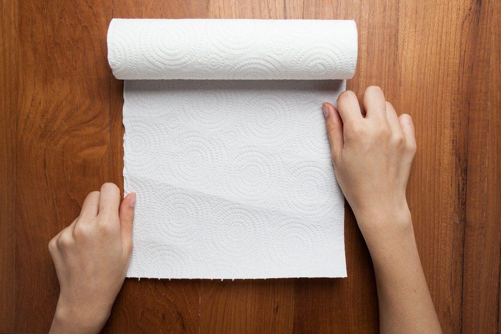 Arrêter le hoquet: parmi les trucs efficaces, boire de l'eau avec un papier absorbant.