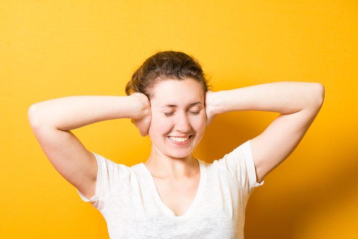 Arrêter le hoquet: parmi les trucs efficaces, les mains sur les oreilles.