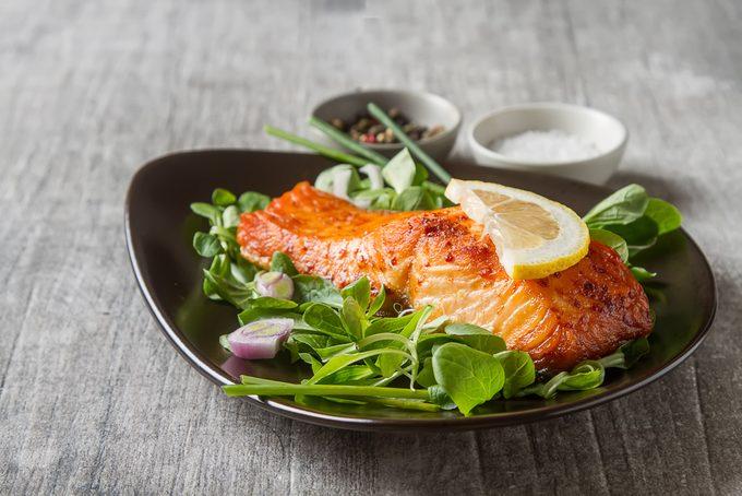 Certains aliments permettraient de mieux vivre avec l'arthrite et gérer certains de ses symptômes.