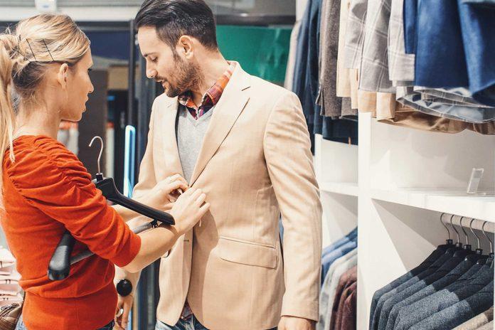 Offrir un compliment sur la tenue ou la taille, pour capter l'attention