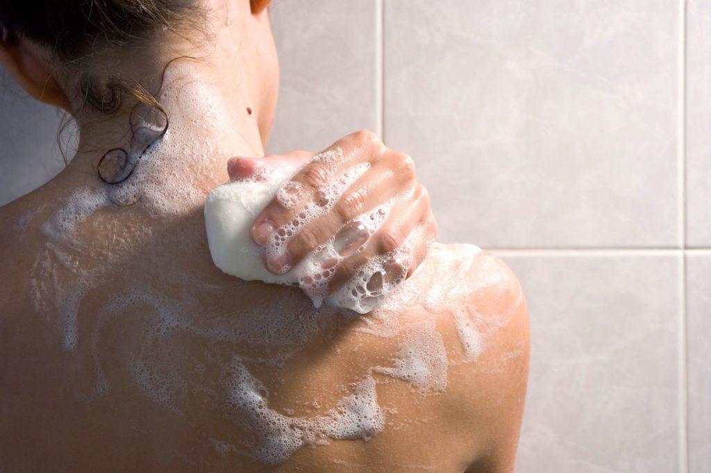Inutile d'abuser de la douche: le fait de laver les parties malodorantes de votre corps suffisent.