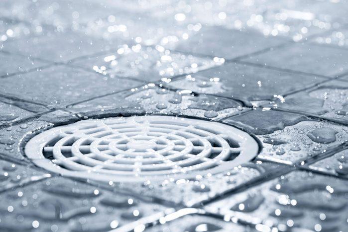 Prendre moins de douches, pour sauver de l'eau chaude.