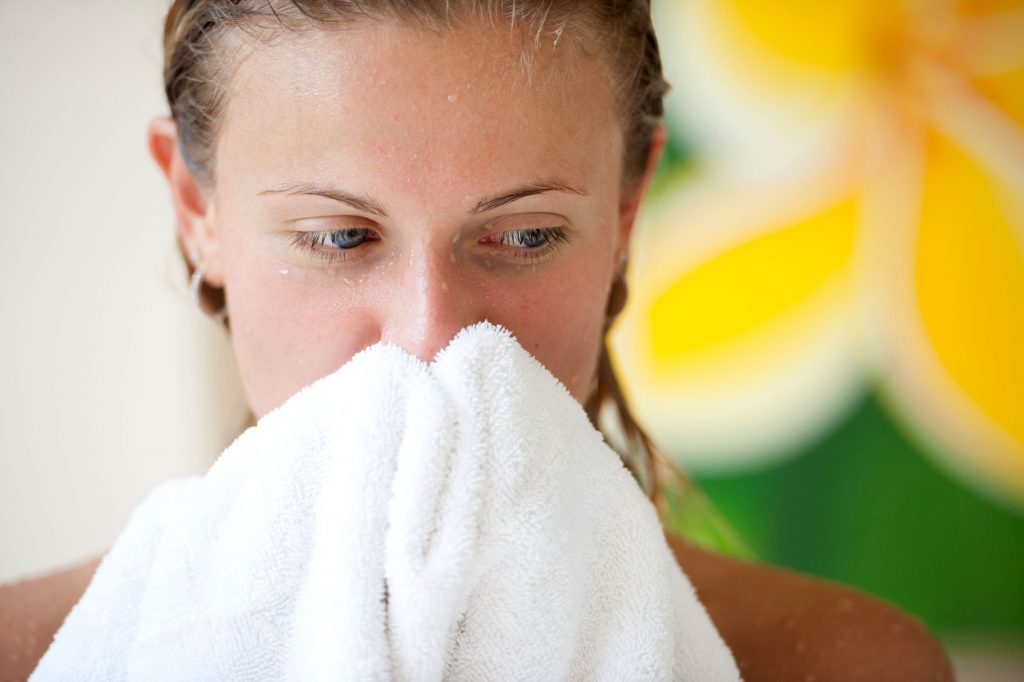 Vous sécher avec une serviette abîme aussi votre peau