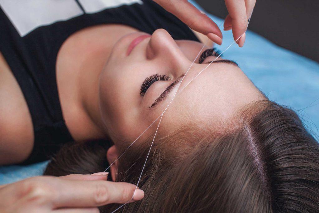 L'épilation au fil cisèle les sourcils plus facilement.