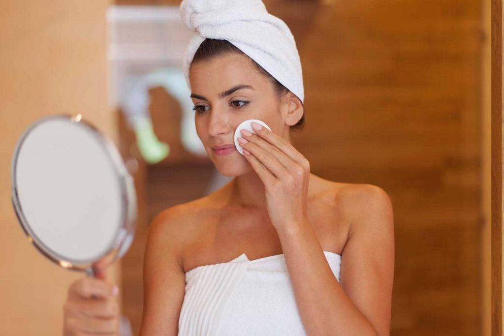 Épilation au fil : Mieux vaut arriver sans maquillage.