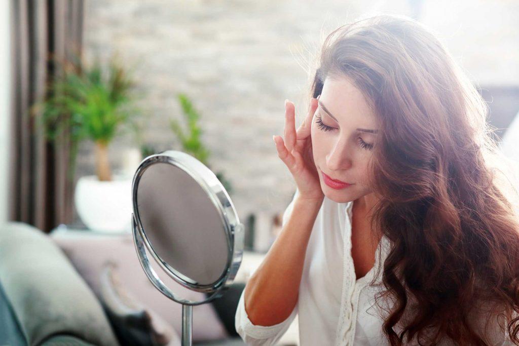 L'épilation des sourcils au fil est bonne pour les peaux sensibles.