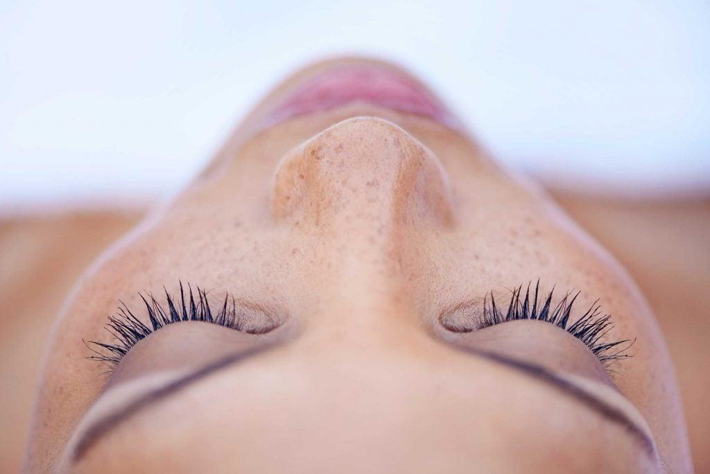 Épilation des sourcils au fil : rougeur