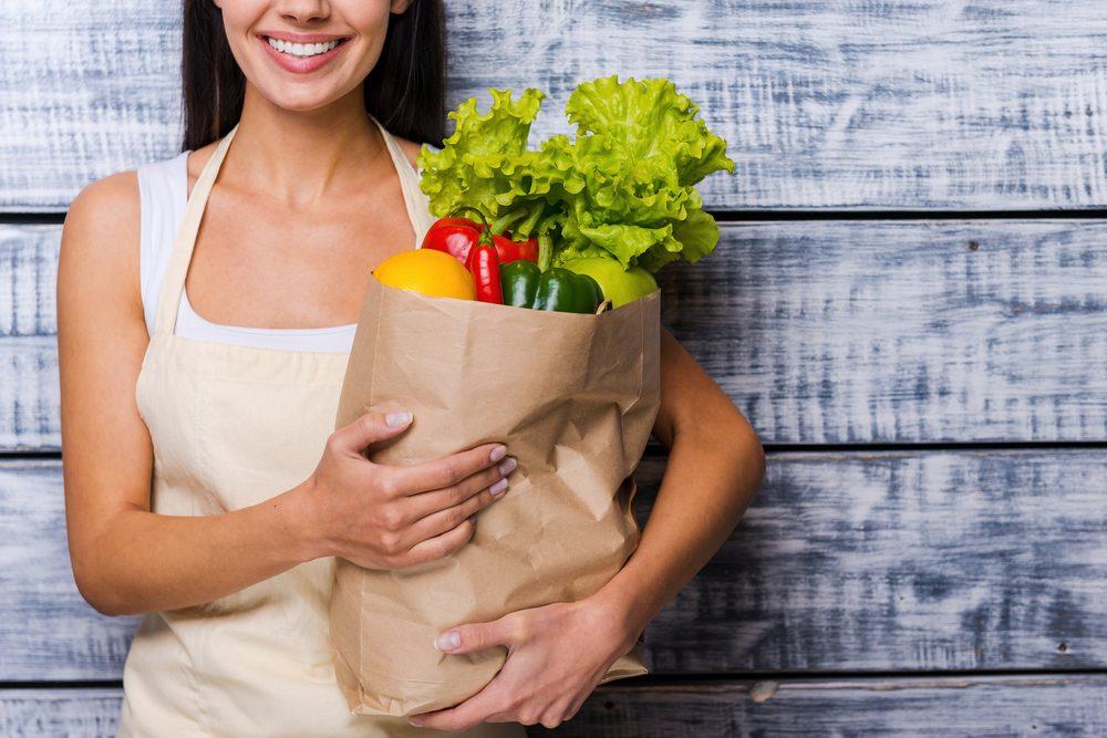 Faites des tractions avec vos sacs d'épicerie pour renforcer les muscles de vos bras.