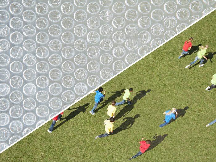 Faire le bonheur des enfants avec du papier bulle.