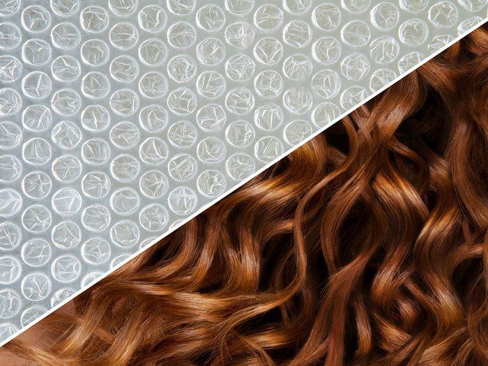 Friser les cheveux avec du papier bulle.