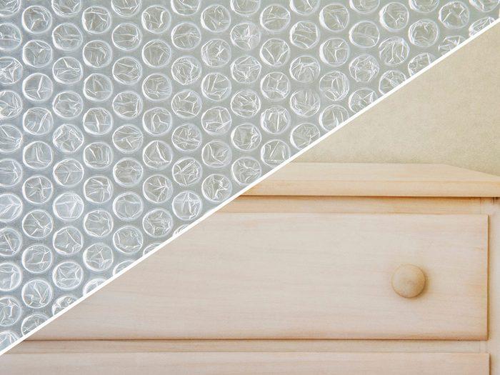 Protéger les meubles de la poussière avec du papier bulle.