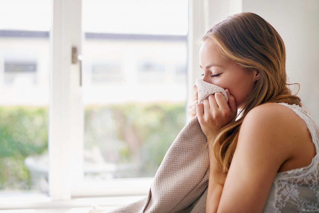 Le parfum peut disparaître très vite de votre peau, mais persister bien plus longtemps sur vos vêtements