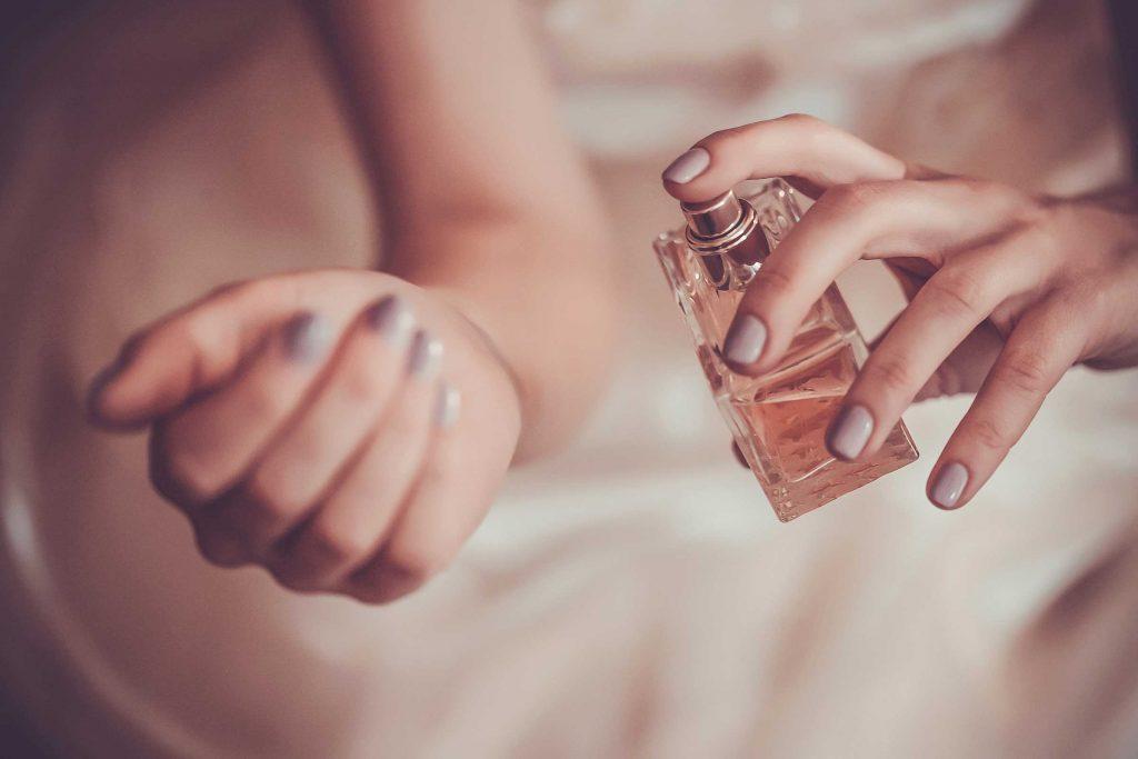 Au moment d'appliquer un parfum, concentrez-vous sur les points de pulsations