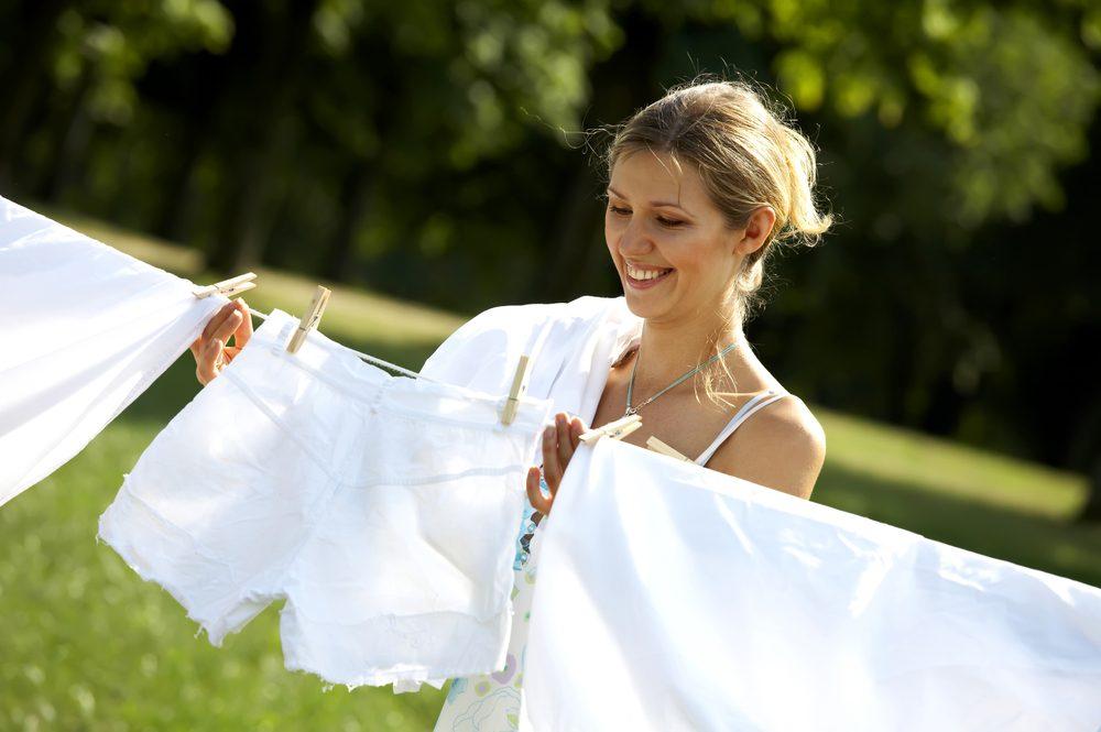 Accrocher votre linge sur la corde à linge au lieu d'utiliser la sécheuse vous aidera à renforcer vos muscles de bras.