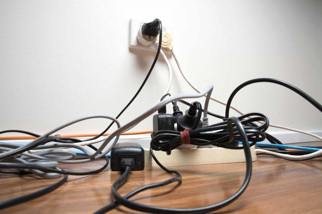 Les chats aiment ronger les câbles électriques.