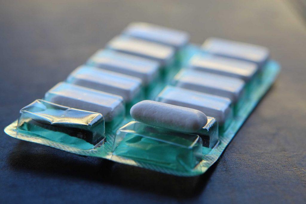 Mâcher de la gomme sans sucre peut vous aider à protéger vos dents des taches de café.