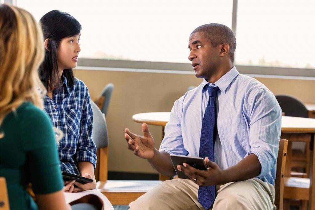 Ne vous assoyez pas derrière un bureau si vous voulez mettre votre interlocuteur en confiance.