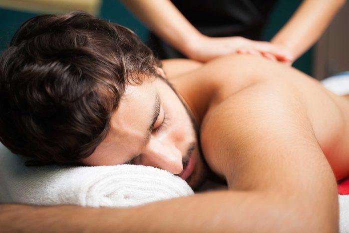 Ne négligez pas le toucher et le massage pour retrouver votre appétit sexuel.