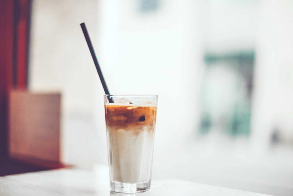 Boire avec une paille vous aidera à protéger vos dents des taches de café.