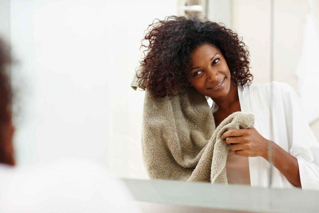 Des cheveux secs et plats auront tendance à vous faire paraitre plus vieille.