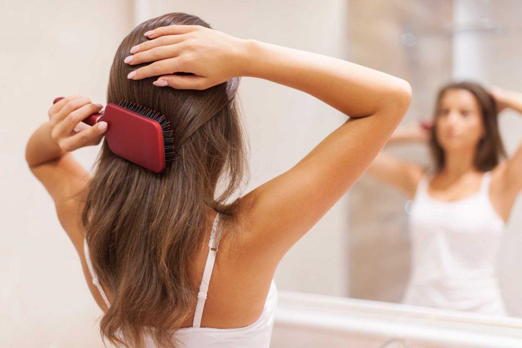 Il faut laisser le temps au shampoing sec d'agir.