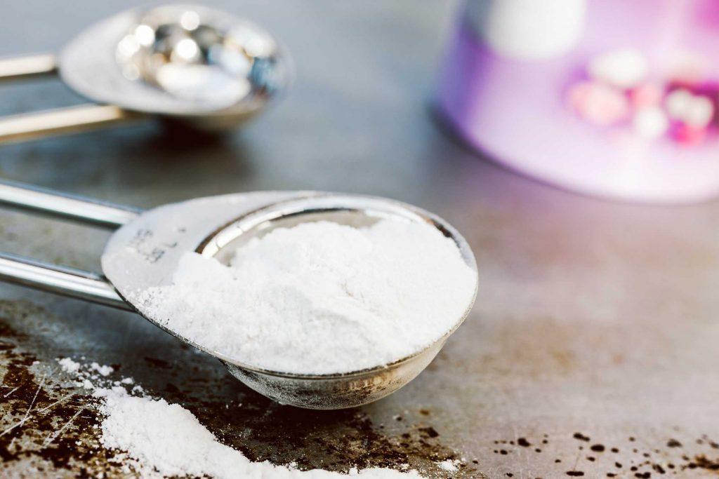 Afin d'éviter les taches de café sur vos dents, vous pouvez faire un dentifrice maison à base de bicarbonate de soude.