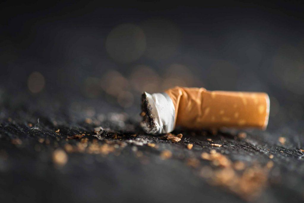 Arrêter de fumer peut vous aider à vous rendormir lorsque vous vous réveillez pendant la nuit.