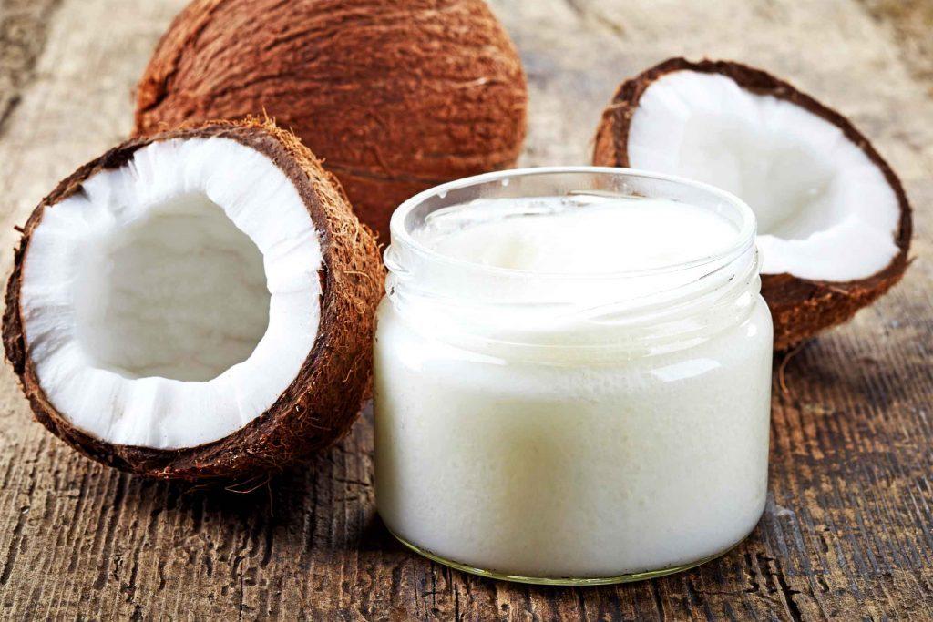 L'huile de coco est un remède maison efficace contre les points noir.