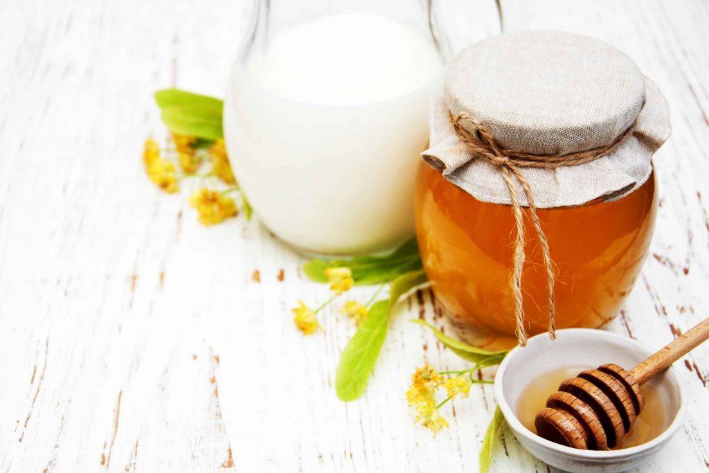 Les bandes de nettoyage maison à base de miel est un remède maison efficace contre les points noir