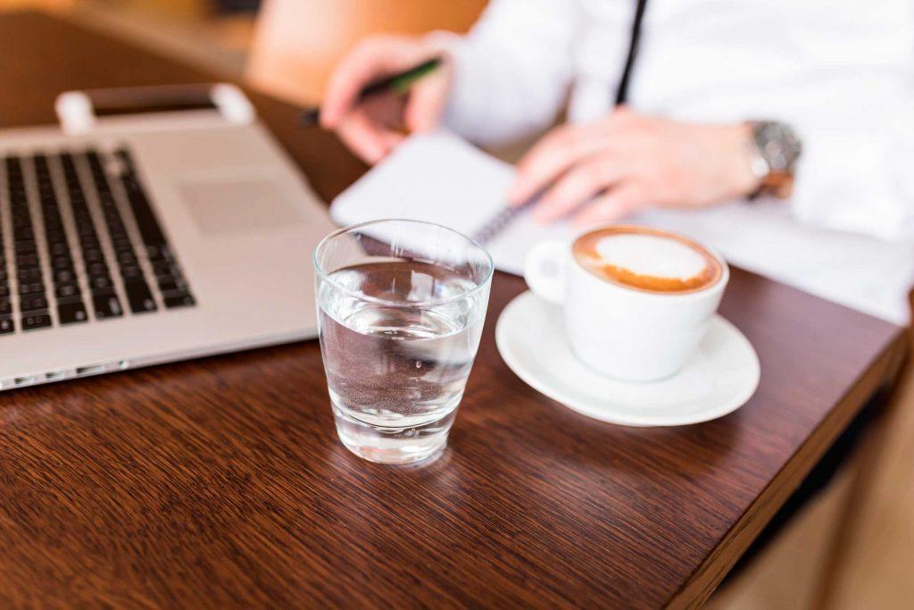 Boire de l'eau après votre café pourrait vous aider à éviter les taches sur vos dents.
