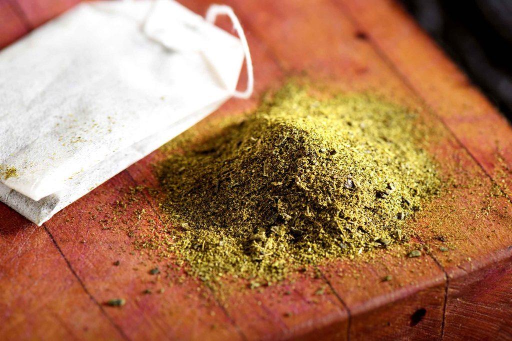 Le thé vert est un remède maison efficace contre les points noir.