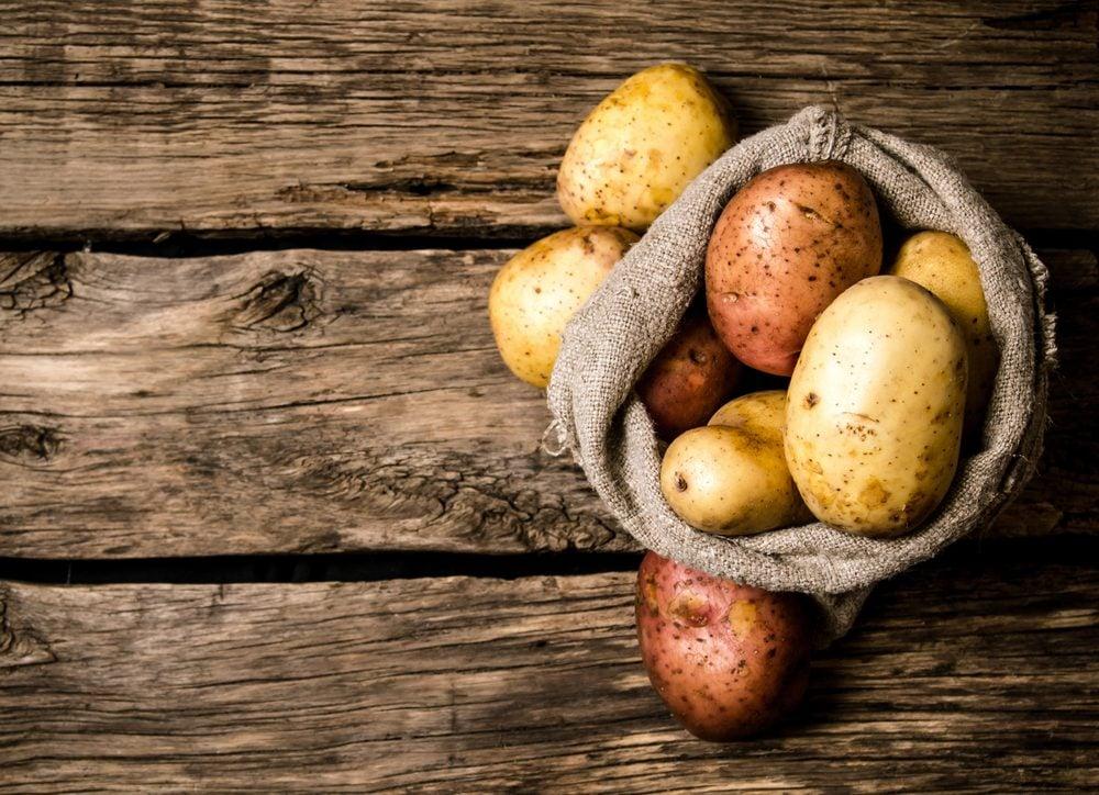 Aliments frais: ne mélangez pas pommes de terre et oignons