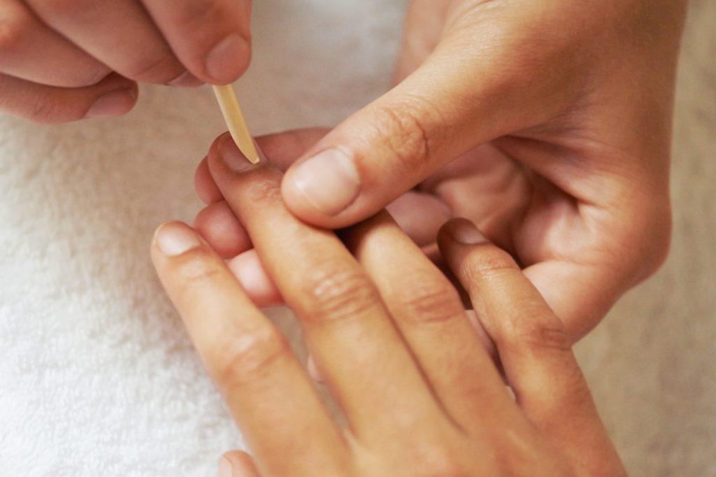 Traitez les cuticules grâce au baume à lèvres