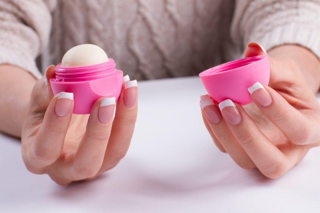 Le baume à lèvre donne de l'éclat au teint