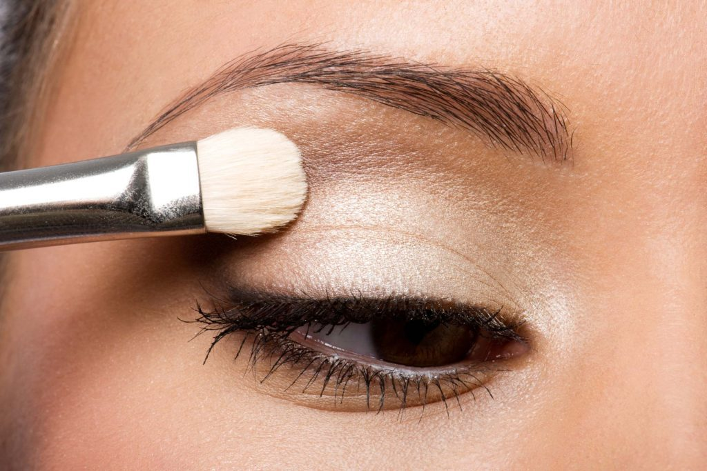 La baume à lèvres fixe le maquillage des yeux