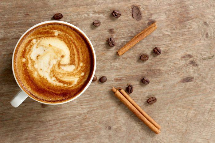 Mettre de la cannelle dans le café diminue le cholestérol