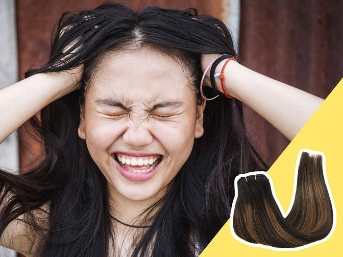 Rester coincé dans une routine capillaire est l'une des erreurs de coiffure qui donnent l'air plus vieux.