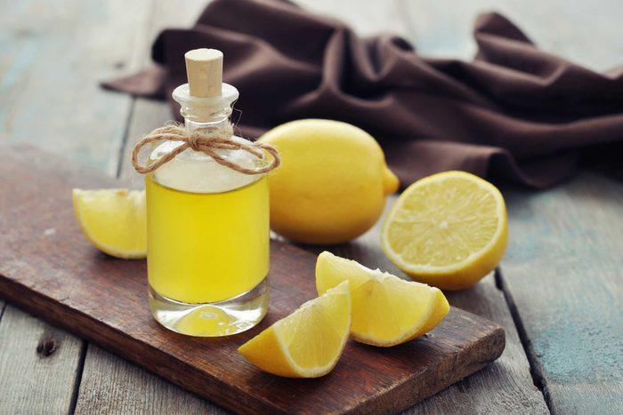 L'huile essentielle extraite de zestes de citron est à la fois antiseptique et antimicrobienne